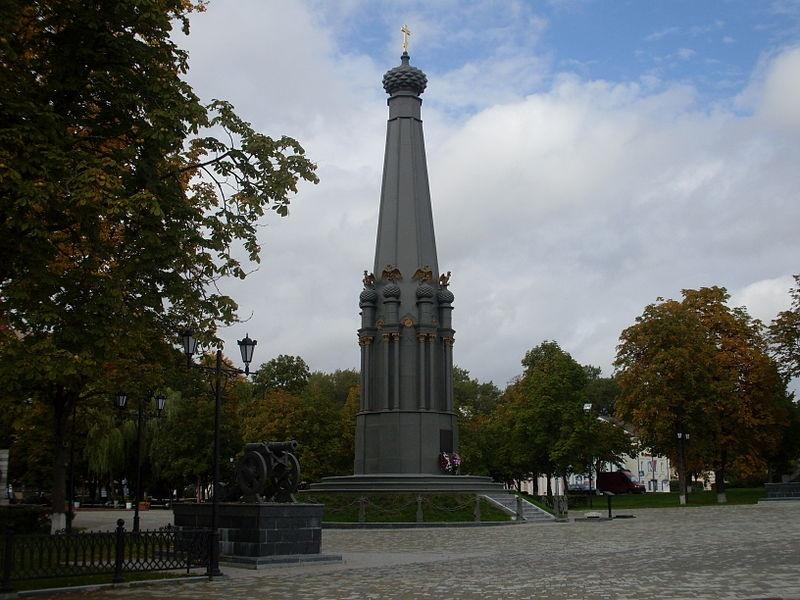 У памятника треснула колонна