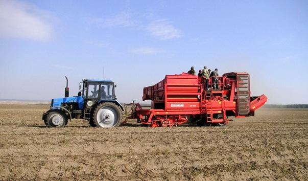 Кипит работа на полях, чтоб урожай был в закромах