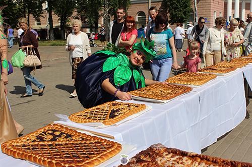 В Полоцке полакомились 200-килограммовым черничным пирогом
