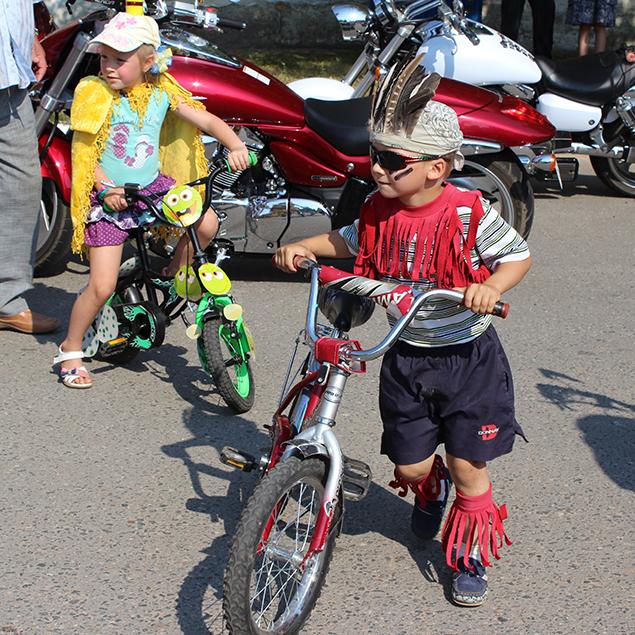 Велосипедисты в ярких карнавальных костюмах прокатились по Фариново