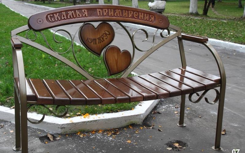 Новополоцкий городской парк украсили 22 оригинальные скамьи
