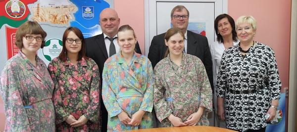 Дмитрий Демидов посетил Новополоцкий роддом где поздравил счастливых мам с  ...