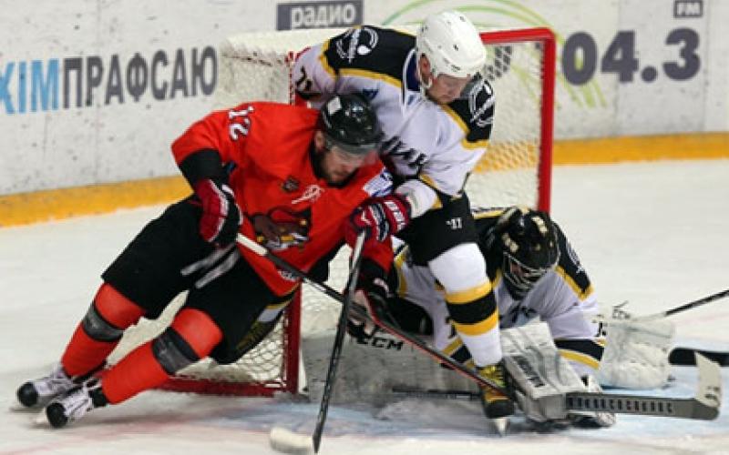 Новополоцкая хоккейная команда уступив Солигорску опустилась на девятую строку турнирной таблицы