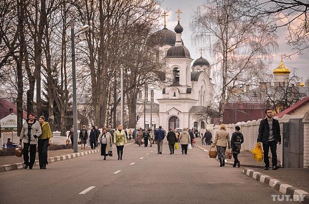 Мужчину въехавшего на автомобиле с лозунгами в ворота Полоцкого монастыря г ...