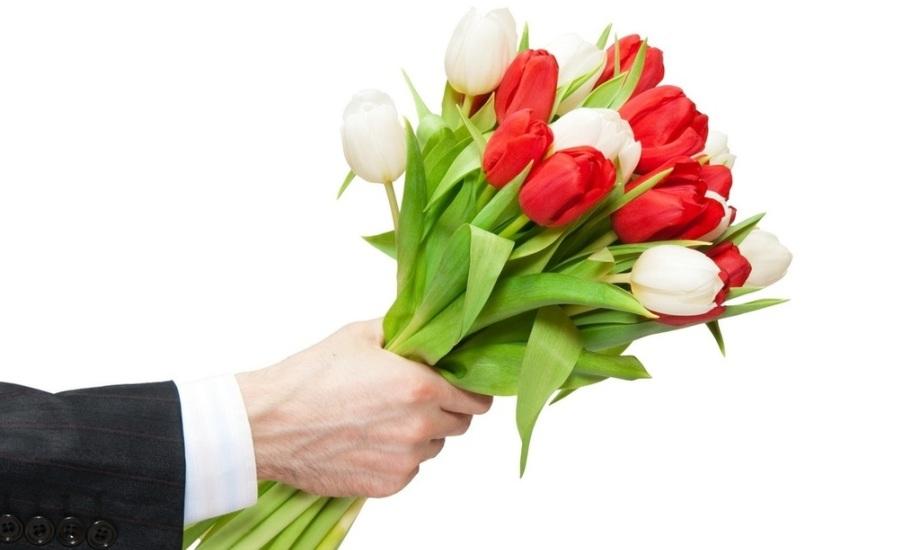 В Полоцке женщинам дарили цветы и просили улыбнуться