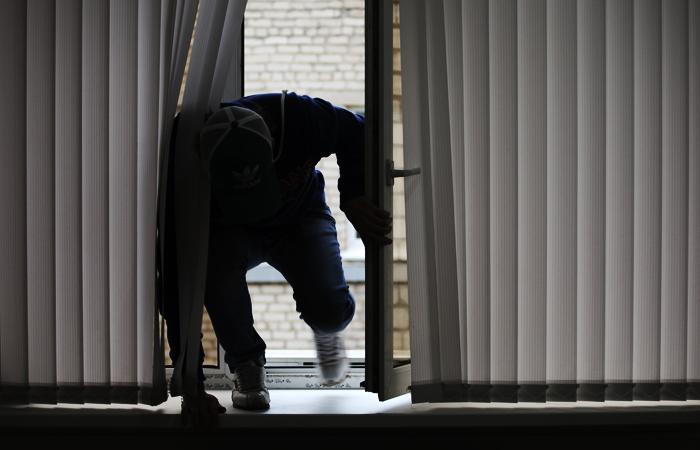 Прибывая в 4-дневном отпуске, заключенный осуществил грабеж забравшись в чу ...