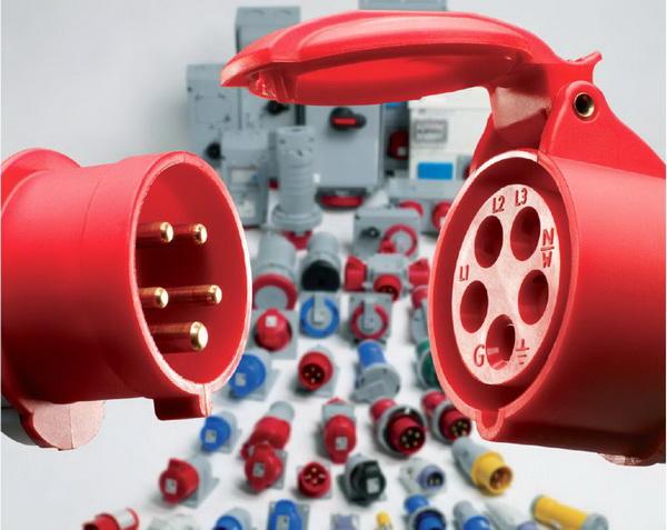 Высокоточные промышленные розетки в ремонтных мастерских.