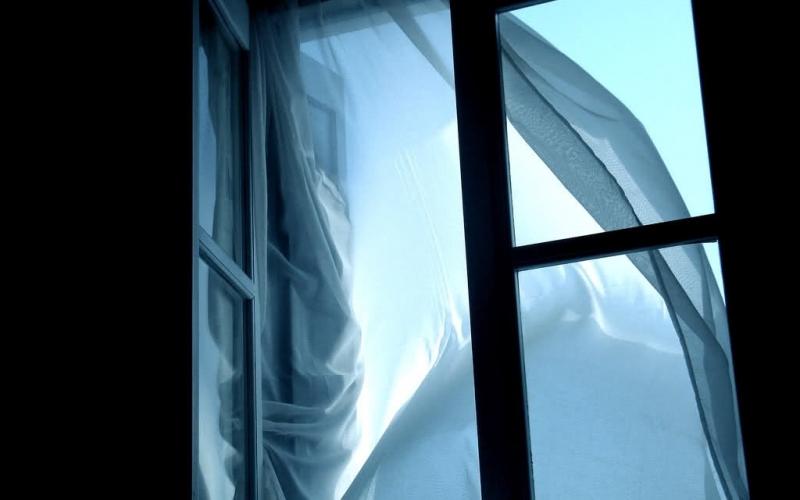 В Новополоцке молодой мужчина выбросился из окна восьмого этажа
