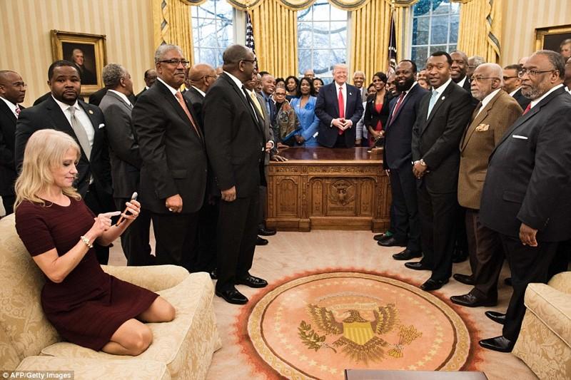 Советницу Дональда Трампа застали в Овальном кабинете в неприличной позе