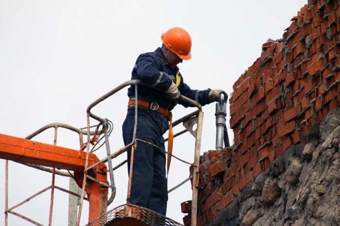 В Новополоцке сорвался с высоты и получил тяжелую травму молодой каменщик