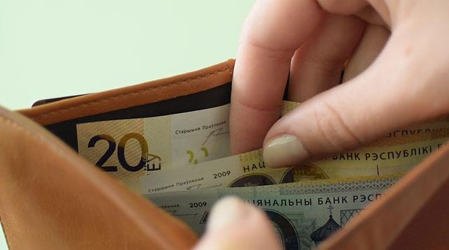 Средняя зарплата белорусов в феврале упала на 4,2 рубля