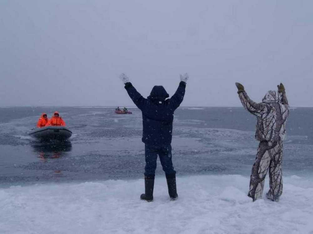 На озере Ольшица спасатели спасли двух рыбаков, которые провалились под лед